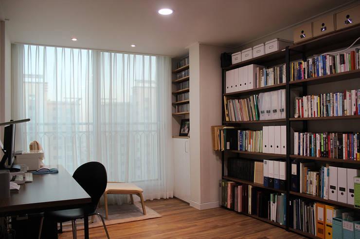 화이트톤의 깔끔한 인테리어: dip chroma의  서재 & 사무실