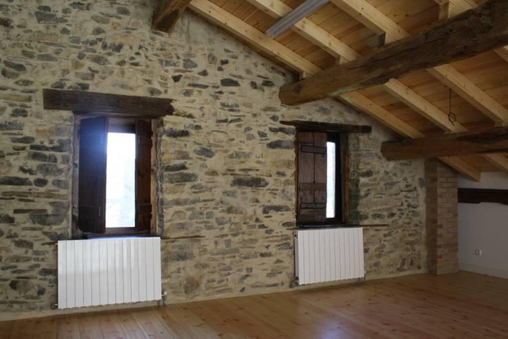 Camera da letto in stile in stile Rustico di Lidera domÉstica