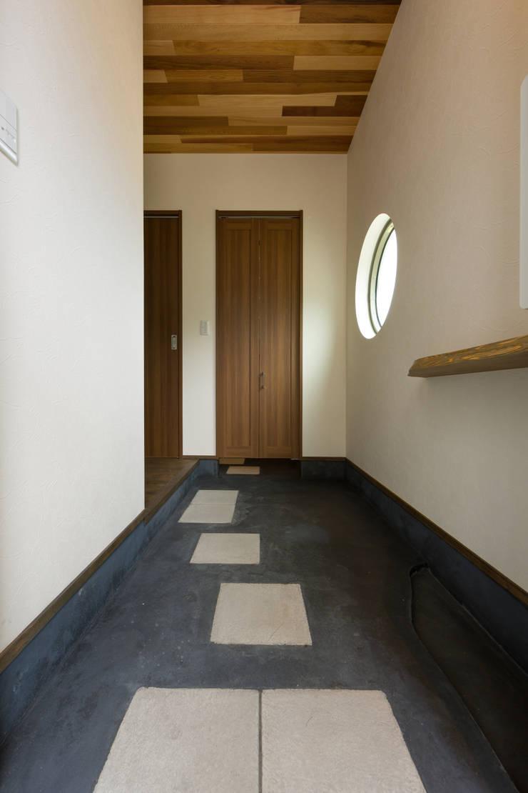 玄関: 株式会社かんくう建築デザインが手掛けた壁です。