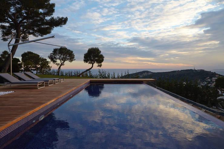 Villa La Magnaneraie: Piscina in stile in stile Moderno di Studio Matteoni