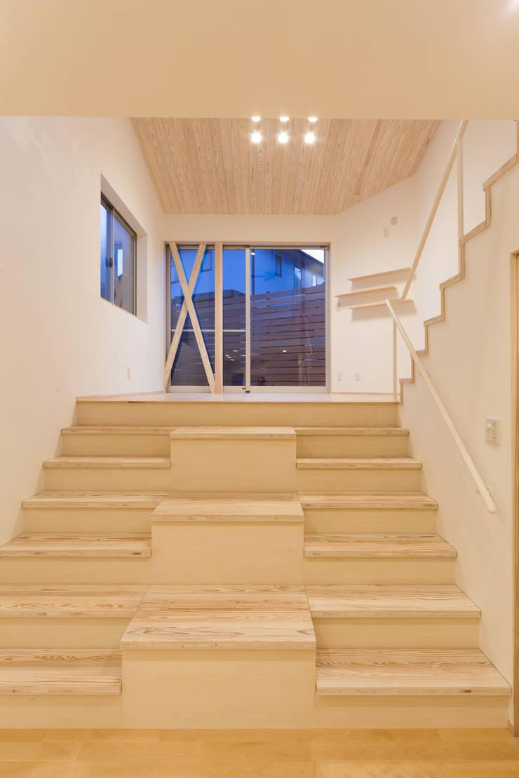 階段兼収納: 株式会社かんくう建築デザインが手掛けた廊下 & 玄関です。