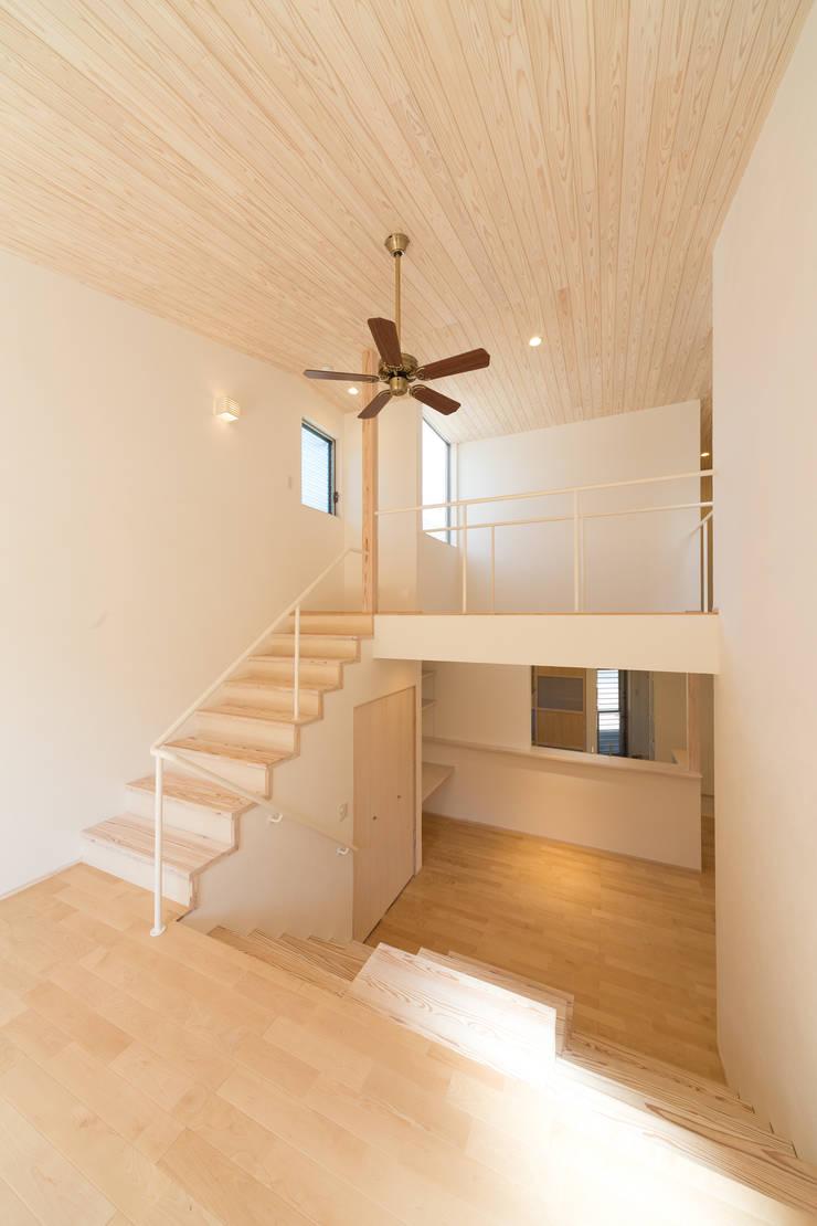 吹き抜け: 株式会社かんくう建築デザインが手掛けた廊下 & 玄関です。