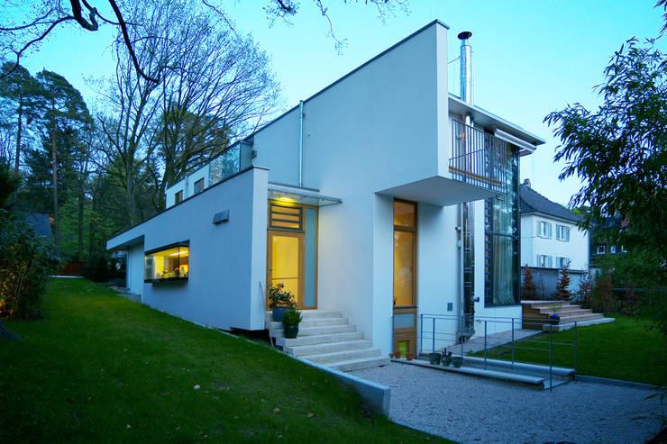 Ansicht West: moderne Häuser von Kramm + Strigl  Architekten und Stadtplaner