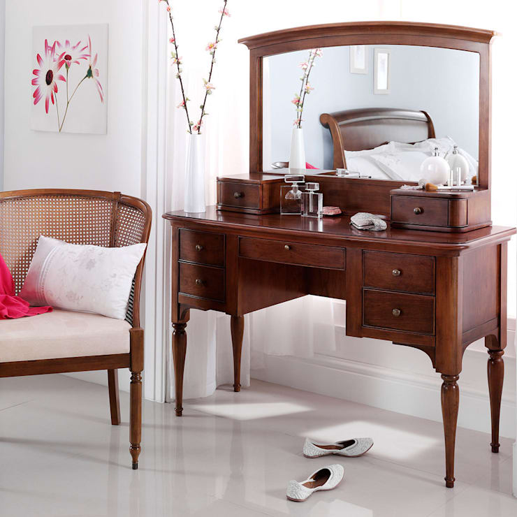 Dormitorios de estilo  por CROWN FRENCH FURNITURE