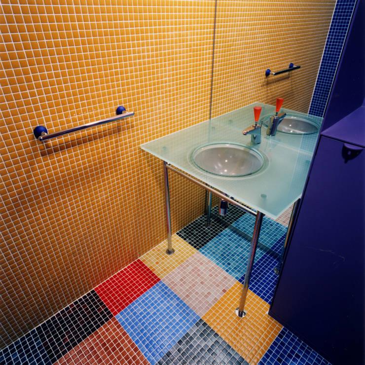 カラフルなタイルで仕上げた洗面トイレ: ユミラ建築設計室が手掛けた浴室です。