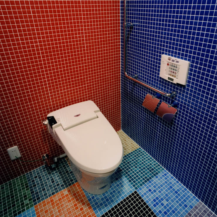 カラフルなタイルで仕上げた洗面トイレ: ユミラ建築設計室が手掛けたウォークインクローゼットです。
