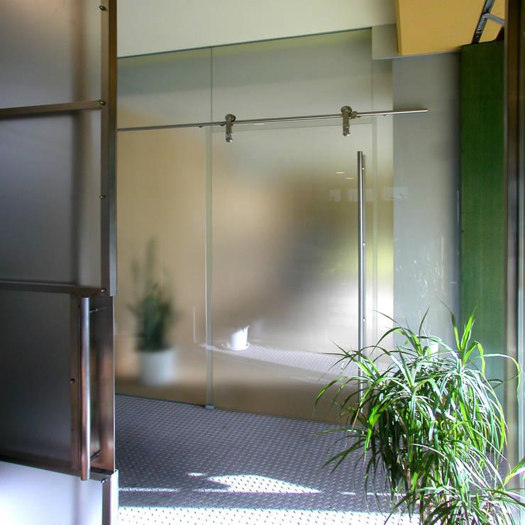 フレームレスのガラスの引戸: ユミラ建築設計室が手掛けた窓です。