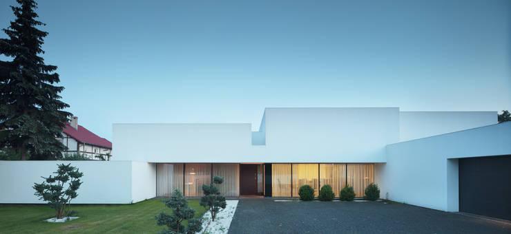 Casas  por KMA Kabarowski MIsiura Architekci , Moderno