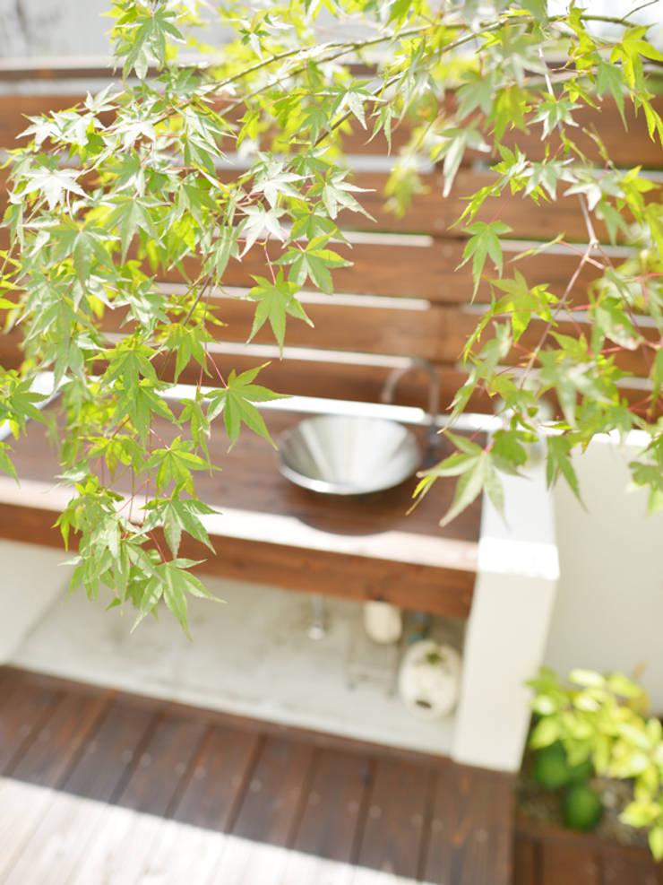 ウッドデッキにガーデンシンクをデザインキッチン: T's Garden Square Co.,Ltd.が手掛けた庭です。