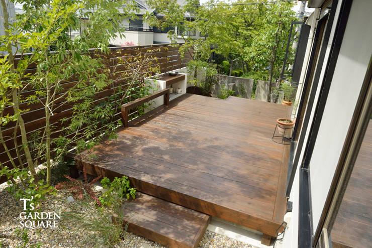 ウッドデッキにガーデンシンクをデザインキッチン: T's Garden Square Co.,Ltd.が手掛けたです。