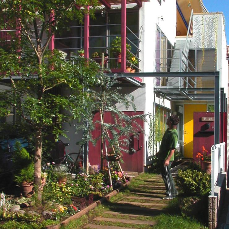 ミモザの木から発想した家: ユミラ建築設計室が手掛けた庭です。