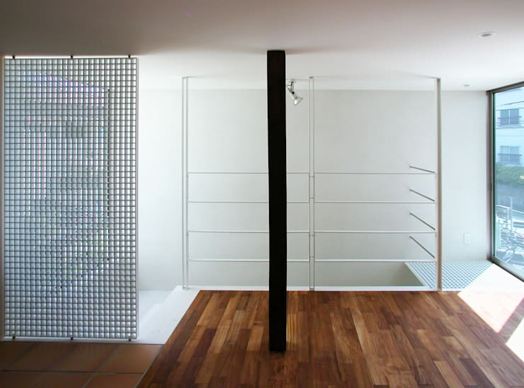 ミモザの木から発想した家: ユミラ建築設計室が手掛けた廊下 & 玄関です。