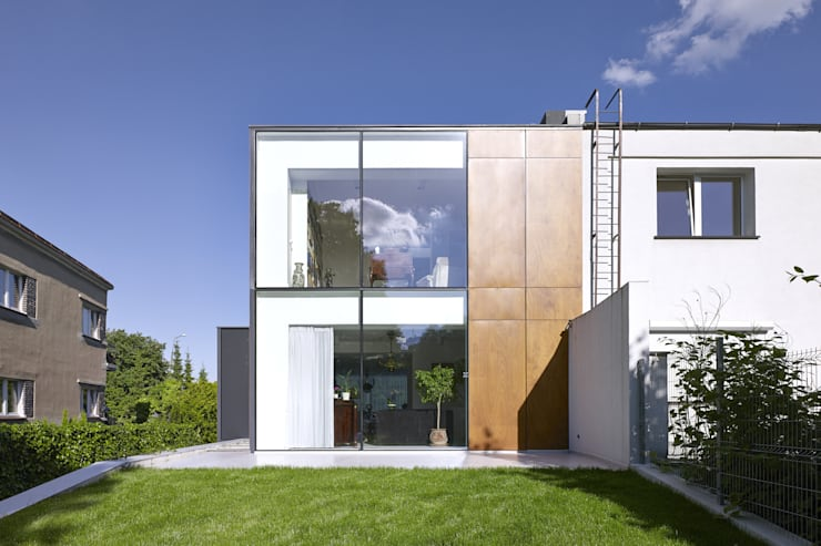 PERFORATED HOUSE EXTERIOR : styl , w kategorii Domy zaprojektowany przez KLUJ ARCHITEKCI,Nowoczesny