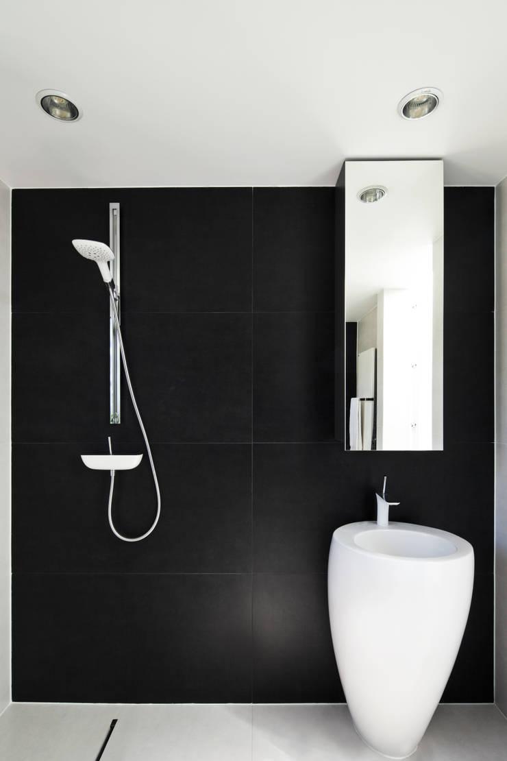 PERFORATED HOUSE INTERIOR: styl , w kategorii Łazienka zaprojektowany przez KLUJ ARCHITEKCI