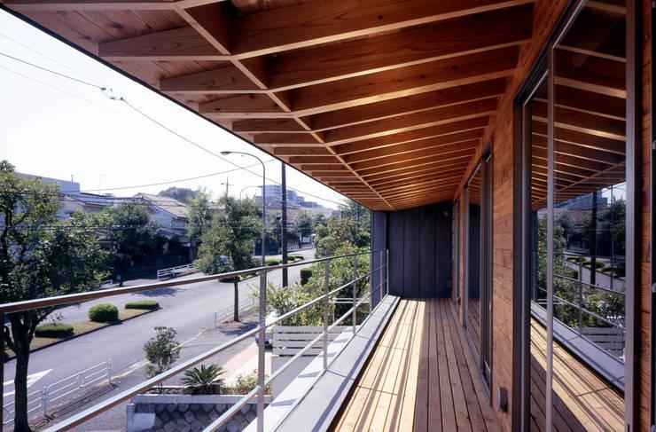 2階ベランダ: HAN環境・建築設計事務所が手掛けたテラス・ベランダです。