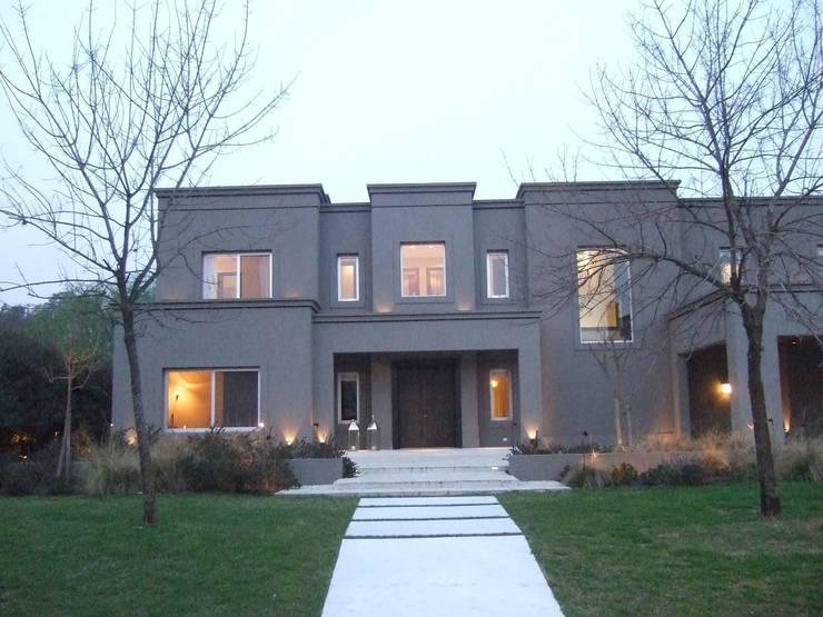 Fachada: Casas de estilo  por Francisco Marconi & Arquitectos Asociados,
