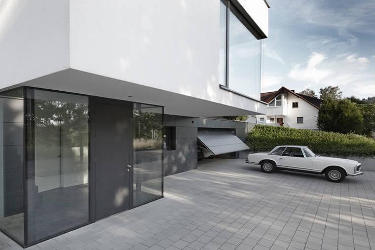 Haus F1: moderne Garage & Schuppen von Architekturbüro Peter Fischer