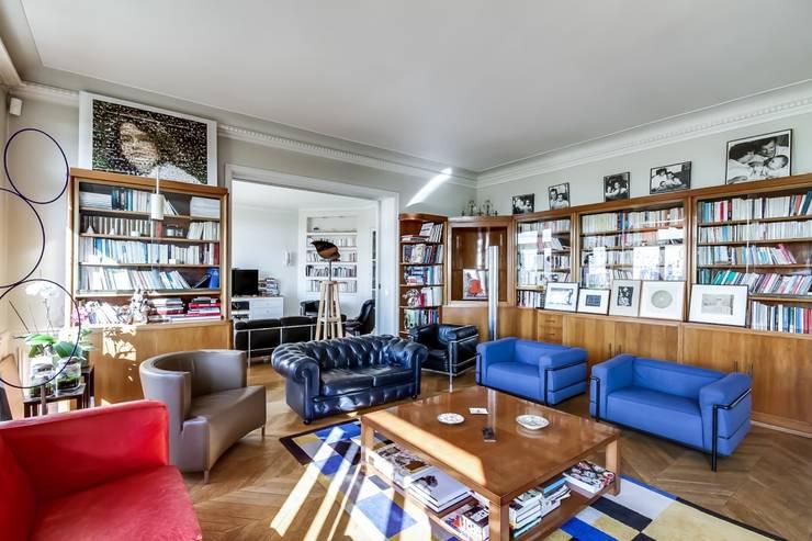 Appartement parisien: Salon de style  par Meero