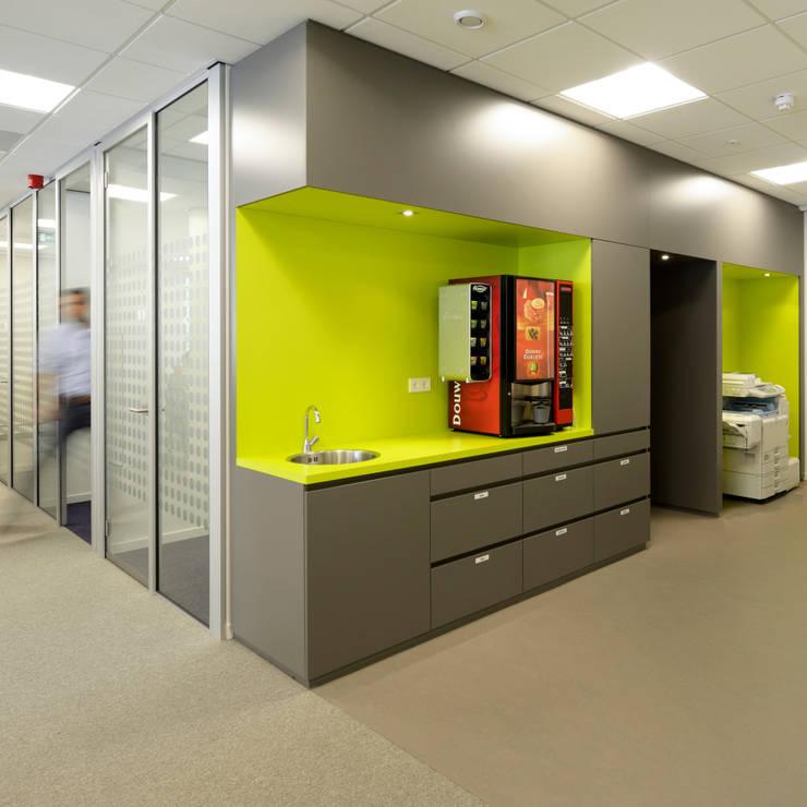 pantry en concentratiewerkplekken:  Kantoorgebouwen door Burobas