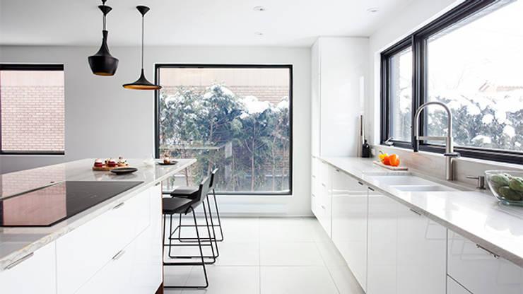 TMR Residence: Cuisine de style de style Moderne par Catlin stothers Interior