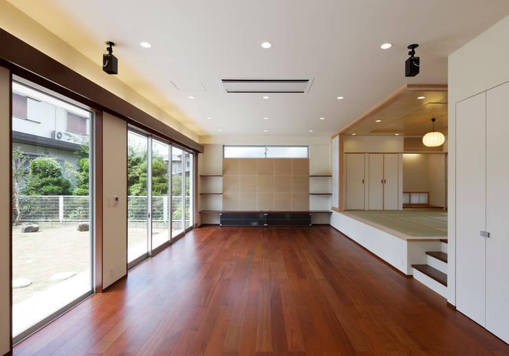 羽曳が丘の家: 内田雅章建築設計事務所が手掛けたリビングです。