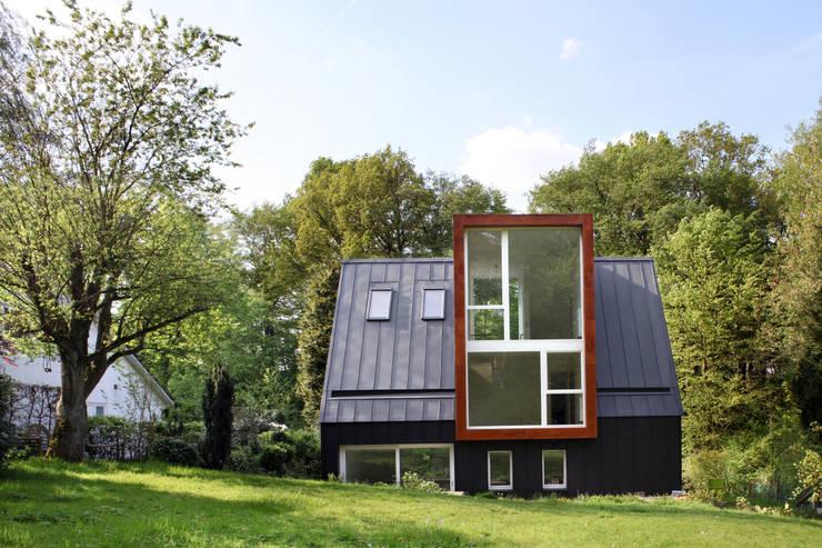 façade arrière: Maisons de style  par ici architectes sprl