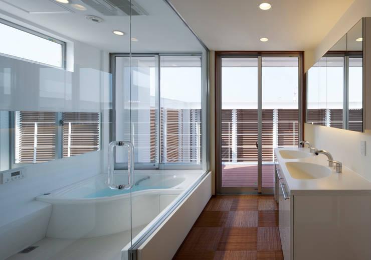 羽曳が丘の家: 内田雅章建築設計事務所が手掛けた浴室です。