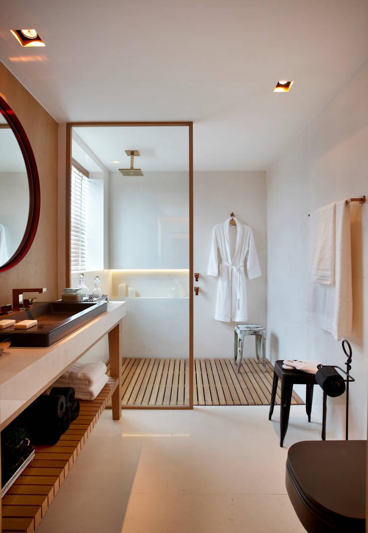 SUÍTE DO EXECUTIVO CASA COR 2013: Banheiros  por BC Arquitetos