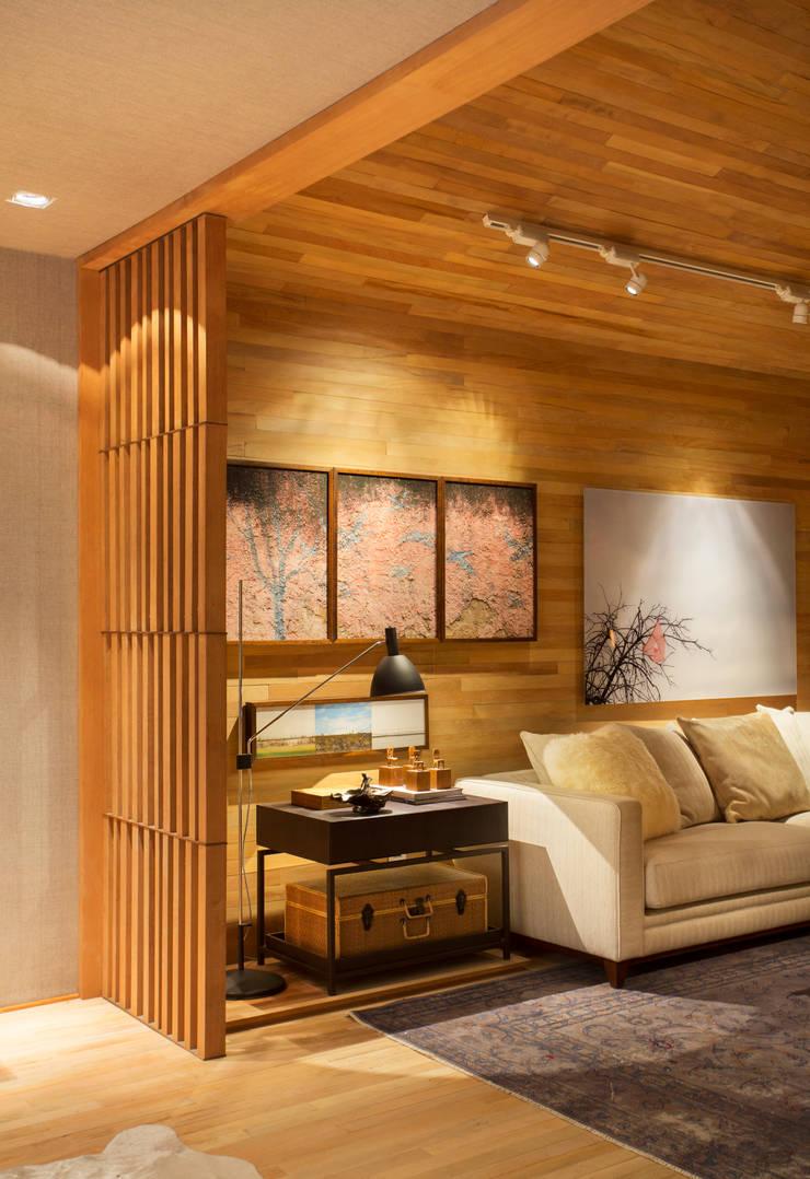 MOSTRA ARTEFACTO RIO 2015: Salas de estar  por BC Arquitetos