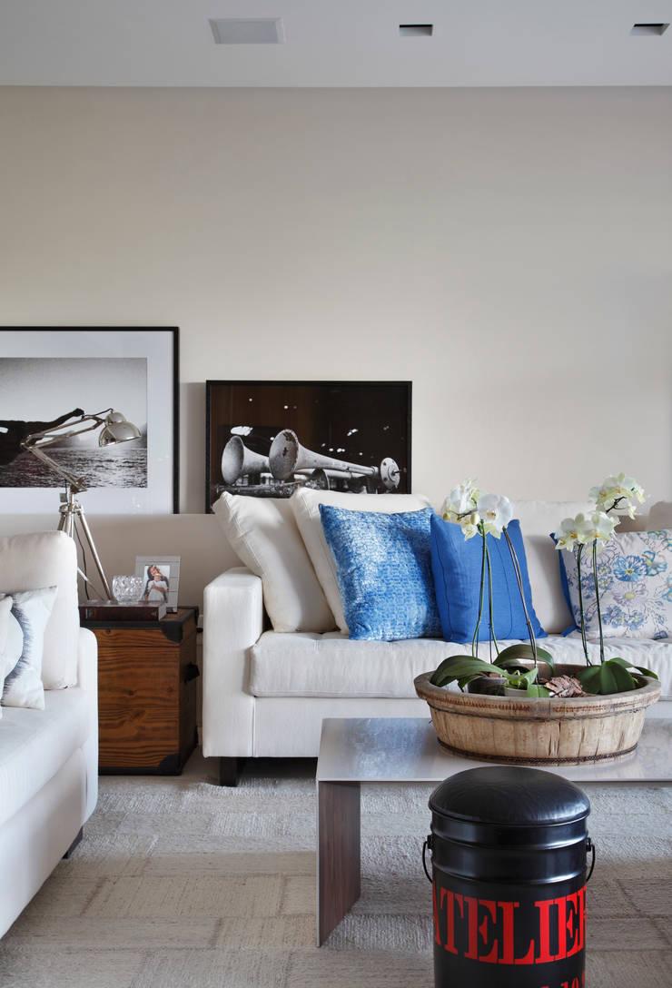 RESIDÊNCIA JP GOLDEN GREEN: Salas de estar  por BC Arquitetos