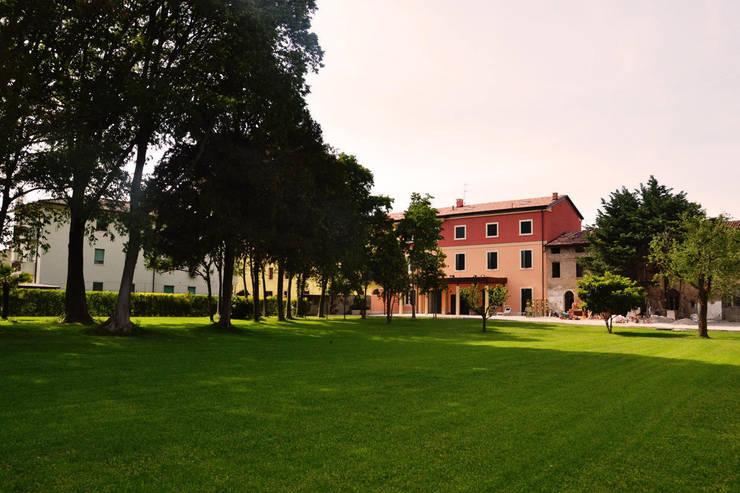 Villa padronale con giardino: Case in stile In stile Country di Studio Architettura Tre A