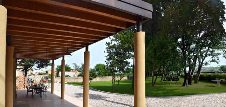 Porticato e giardino dopo il restauro:  in stile  di Studio Architettura Tre A