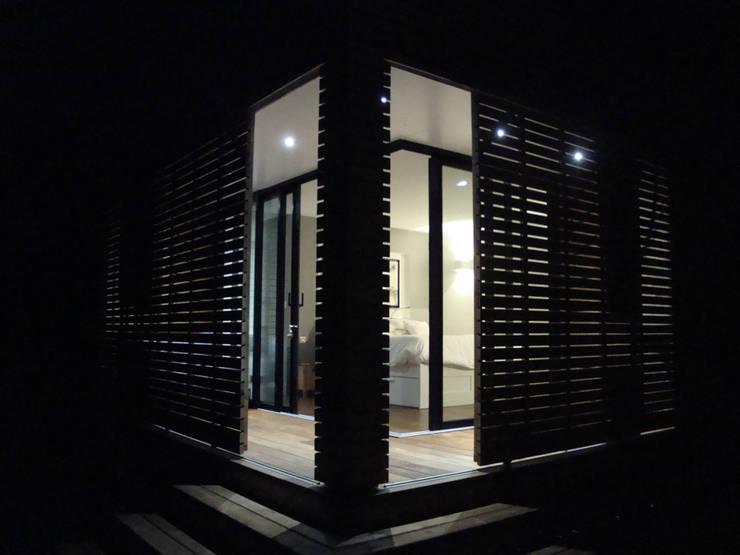 vue de nuit: Maisons de style  par Clemence de Mierry Grangé