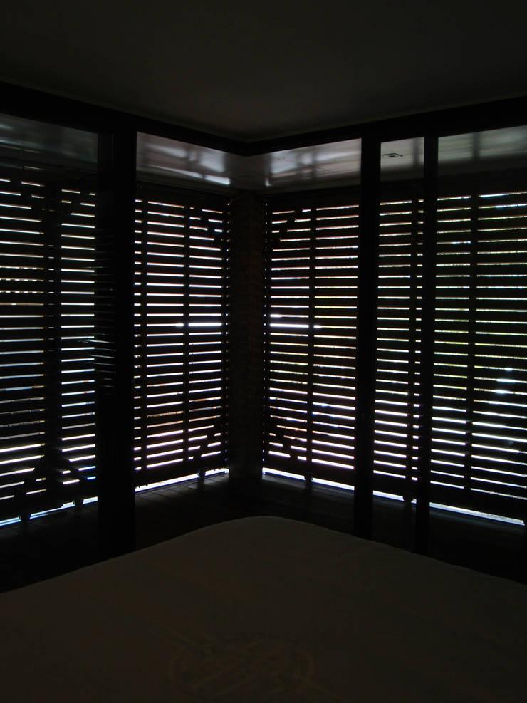 interieur volets fermés: Chambre de style  par Clemence de Mierry Grangé