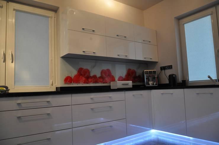 Malinowa kuchnia z Hesią w roli głównej: styl , w kategorii Kuchnia zaprojektowany przez Perfect Home