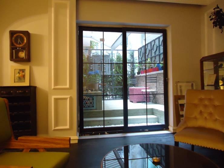 Aykuthall Architectural Interiors – Terasa Açılan Duvar Yeni Hali:  tarz