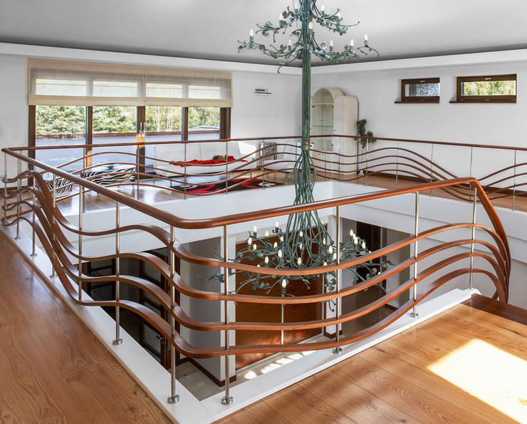 ST690 Nowoczesne schody gięte / ST690 Modern Curved Stairs: styl , w kategorii Korytarz, przedpokój zaprojektowany przez Trąbczyński