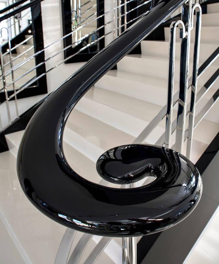 ST655 Schody klasyczne gięte / ST655 Classical Curved Stairs: styl , w kategorii Korytarz, przedpokój zaprojektowany przez Trąbczyński
