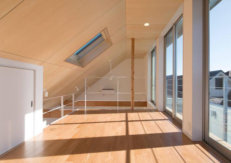 真間の家 陽光溢れる階上にリビングダイニングとルーフテラスがある住まい: アトリエ24一級建築士事務所が手掛けた和室です。
