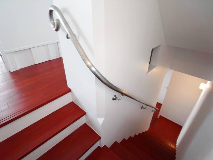 音楽家の家「Casa Felice」: ユミラ建築設計室が手掛けた廊下 & 玄関です。