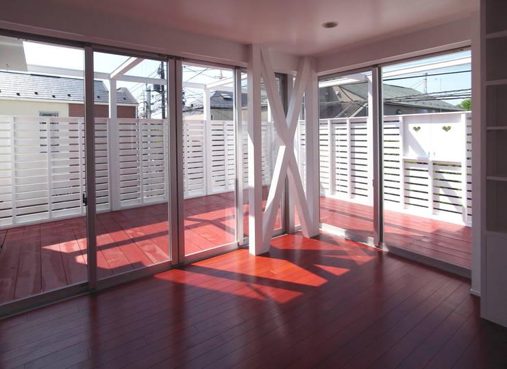 音楽家の家「Casa Felice」: ユミラ建築設計室が手掛けたテラス・ベランダです。