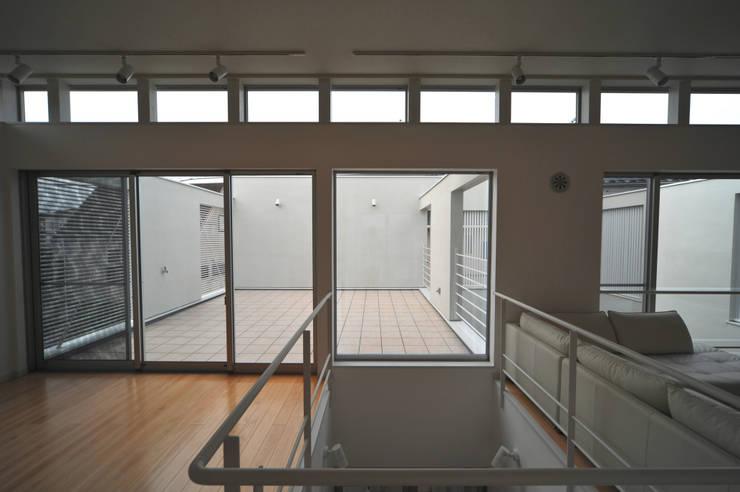谷津の家 豊かな陽ざしにも関わらず、プライバシーに気を遣わなくてすむ家 モダンデザインの リビング の アトリエ24一級建築士事務所 モダン