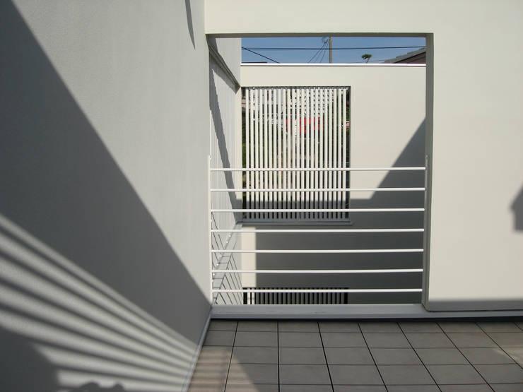 谷津の家 豊かな陽ざしにも関わらず、プライバシーに気を遣わなくてすむ家 モダンデザインの テラス の アトリエ24一級建築士事務所 モダン