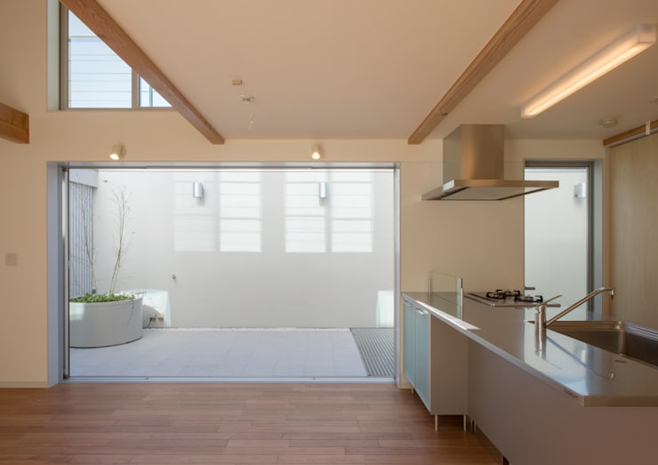 真間の家 陽光溢れる階上にリビングダイニングとルーフテラスがある住まい: アトリエ24一級建築士事務所が手掛けたリビングです。