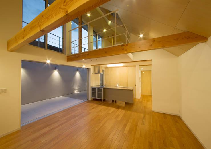 真間の家 陽光溢れる階上にリビングダイニングとルーフテラスがある住まい: アトリエ24一級建築士事務所が手掛けた家です。