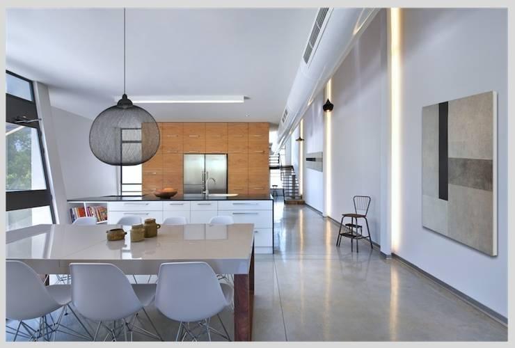 Casa Neuman: Salones de estilo moderno de Capital Conceptual