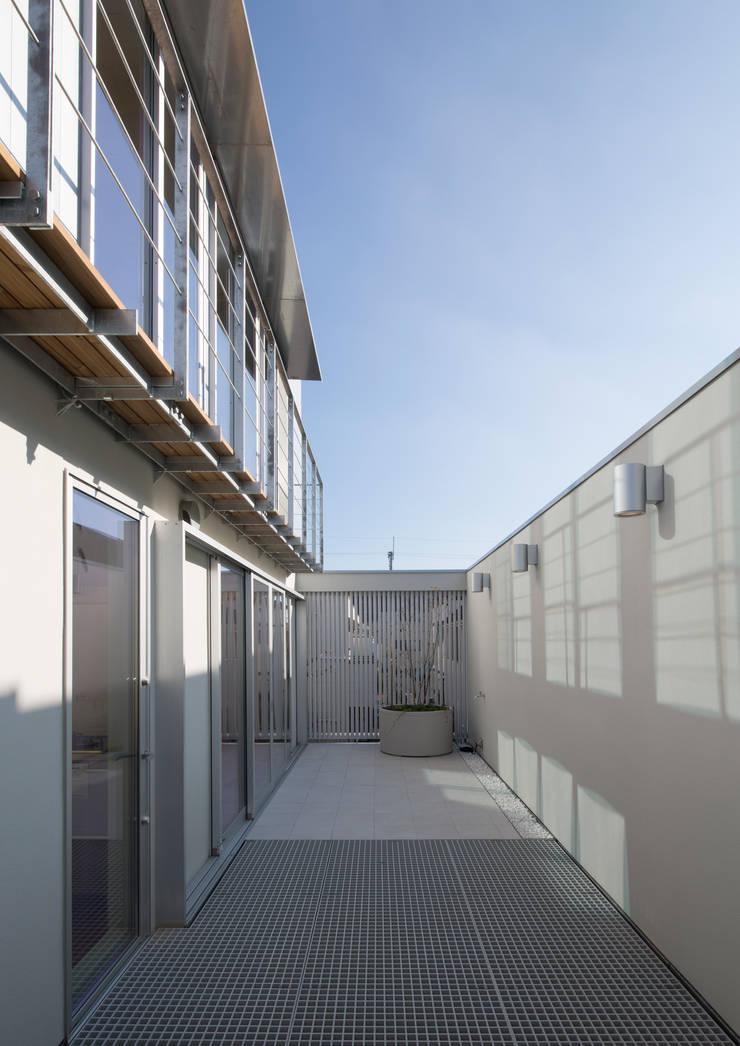 真間の家 陽光溢れる階上にリビングダイニングとルーフテラスがある住まい: アトリエ24一級建築士事務所が手掛けたテラス・ベランダです。