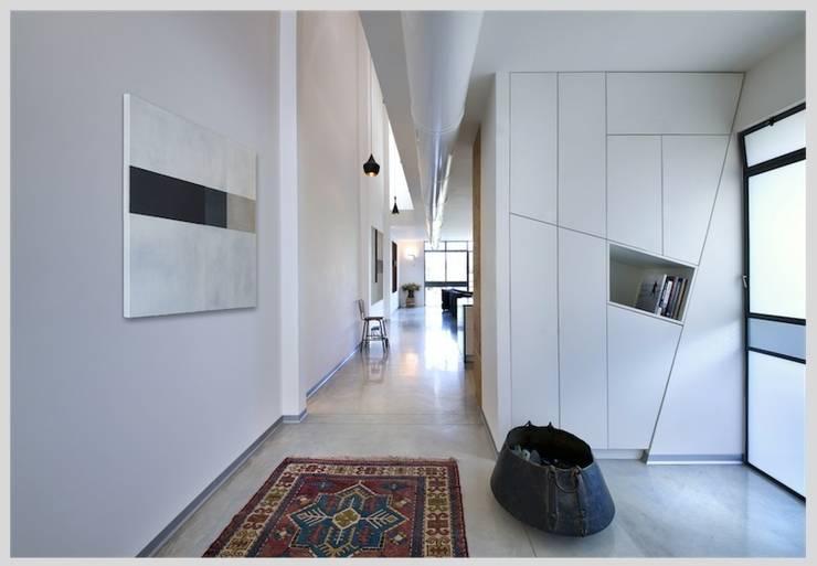 Casa Neuman: Pasillos y vestíbulos de estilo  de Capital Conceptual