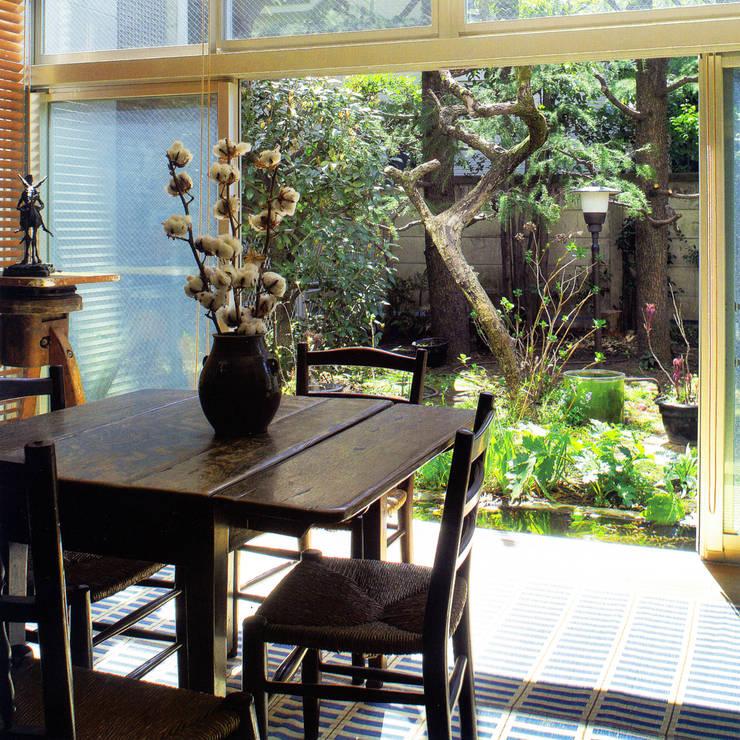 庭と一つになる家: ユミラ建築設計室が手掛けたリビングです。