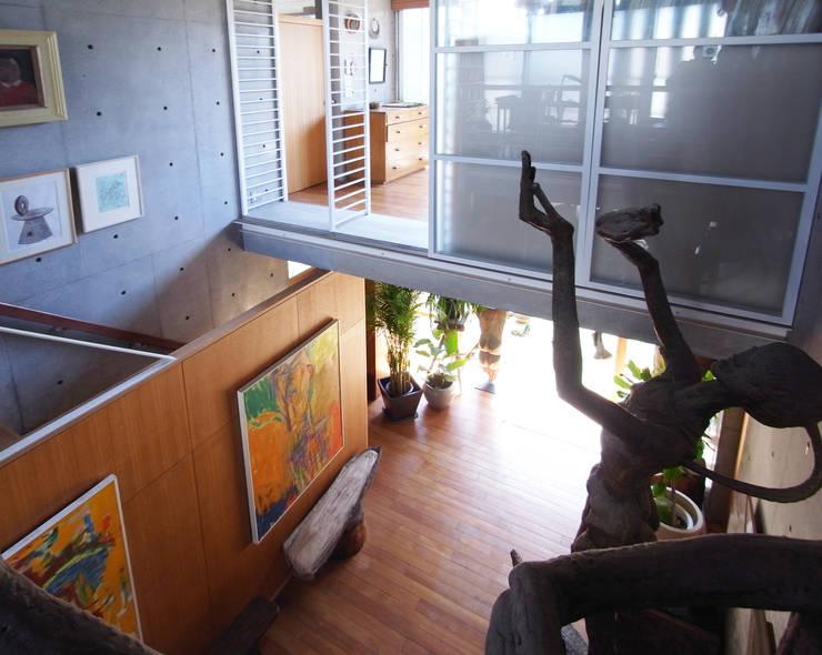庭と一つになる家: ユミラ建築設計室が手掛けた壁です。